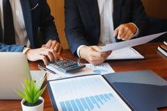 商务咨询群策群力报告项目的商人会议分析 免版税库存图片