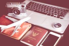 商务旅游计算机和对象在书桌上 库存图片