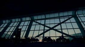 商务旅游,无法认出的走的人剪影在机场 股票录像
