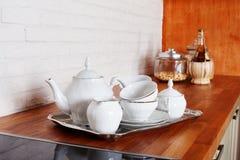 商品茶杯集合金属服务银盘子内部家庭厨房美丽的普罗旺斯样式瓷 库存图片