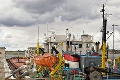 商品运输的河驳船在照相机锁 图库摄影