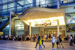 商城中央世界前面在曼谷街市的  免版税库存照片