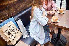 商城咖啡馆的妇女  免版税库存图片