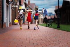 商城的时尚女性妇女朋友 免版税图库摄影