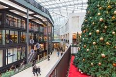 商城`论坛`的未知的人在杜伊斯堡,德国 免版税库存图片