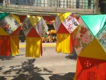 商店为中国中间秋天节日卖不同的灯笼 库存照片