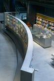 商店书店在Isla de la Cartuja的新的文化中心 塞维利亚西班牙 免版税库存照片