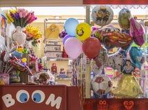 商店可膨胀的玩具和纪念品的女孩卖主 库存照片