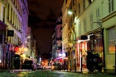 商店和历史大厦在蒙马特在夜之前 2012年10月12日, 法国巴黎 库存照片