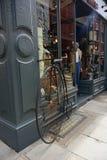 商店和古董自行车 免版税库存照片