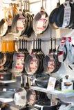 商店和柜台与产品和食物Sarona销售一个普遍的地方在游人中 免版税库存照片