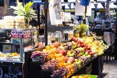 商店和柜台与产品和食物Sarona销售一个普遍的地方在游人中 图库摄影