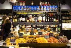 商店和柜台与产品和食物Sarona销售一个普遍的地方在游人中 免版税库存图片