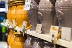 商店和柜台与产品和食物Sarona销售一个普遍的地方在游人中 库存图片
