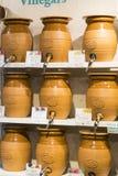 商店和柜台与产品和食物Sarona销售一个普遍的地方在游人中 免版税图库摄影