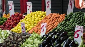 商店和柜台与产品和食物Sarona销售一个普遍的地方在游人中 库存照片