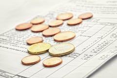 从商店和硬币的收据 免版税库存图片