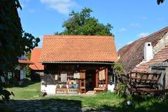 商店在一个典型的房子里在村庄Viscri,特兰西瓦尼亚 免版税库存图片