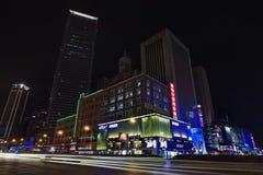 商店地区在晚上,大连,中国 库存照片