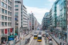 商店地区/在晴朗的summ的Friedrichstrasse拥挤了街道 免版税库存图片
