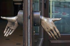 商店描述开放手的门把手 免版税库存图片
