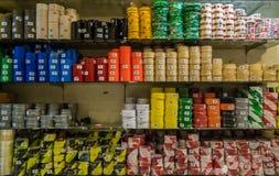 商店架子堆积用不同的种类磁带 免版税库存图片
