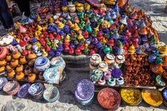 商店的五颜六色的陶瓷前面,舍夫沙万,摩洛哥 库存照片