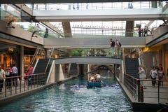 商店的内部在小游艇船坞海湾的铺沙豪华商城 图库摄影