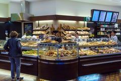 商店的内部有面包,卷的一种大选择的 库存照片