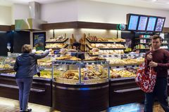 商店的内部有面包,卷的一种大选择的 免版税库存照片