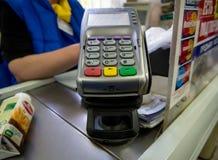 商店的收款机的卡片阅读机 免版税库存图片