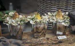 商店窗口的装饰-梨和八仙花属在葡萄酒金属桶开花 软绵绵地集中 图库摄影