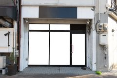 商店精品店与大窗口的商店名字的前面和地方 库存图片