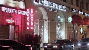 商店红色和白色牌看法夜街道的 驾驶汽车 股票录像