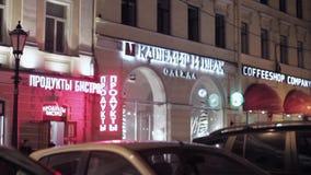 商店红色和白色牌看法夜街道的 股票视频