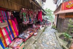 商店围拢的走道在猫猫村庄在Sa Pa,越南 免版税库存图片