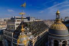 从商店Printemps,巴黎大阳台的鸟瞰图  免版税图库摄影
