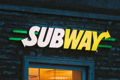 商标地铁标志品牌在快餐餐馆墙壁上的  图库摄影