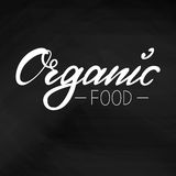 商标有机食品 在黑板背景的白色信件  库存图片
