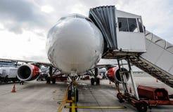 商用飞机身分在机场 免版税库存照片