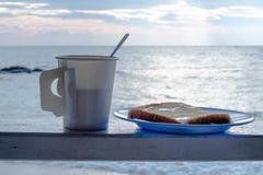 啜饮咖啡和面包在放松 免版税库存图片