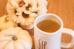 啜饮的茶在早晨光软的焦点 免版税库存图片