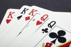 啤牌与充分国王和女王/王后的打牌 黑色背景 库存照片
