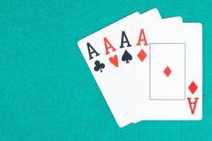 啤牌优胜突破在绿色赌桌上的卡片 库存图片
