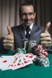 啤牌优胜者,商人赢了扑克牌游戏 免版税库存照片