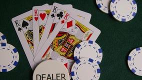 啤牌卡片和纸牌筹码转动的射击绿色毛毡表面上 股票视频