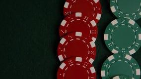 啤牌卡片和纸牌筹码转动的射击绿色毛毡表面上 股票录像