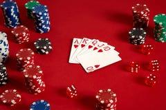啤牌卡片和赌博的芯片在红色背景 库存照片