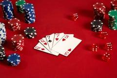 啤牌卡片和赌博的芯片在红色背景 库存图片