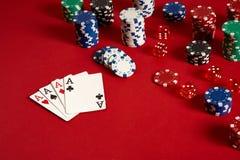 啤牌卡片和赌博的芯片在红色背景 免版税库存图片